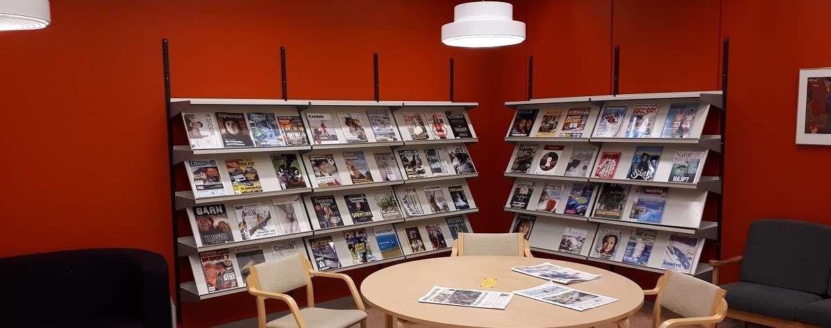 Tidskriftshörnan i Tannbergsskolans bibliotek
