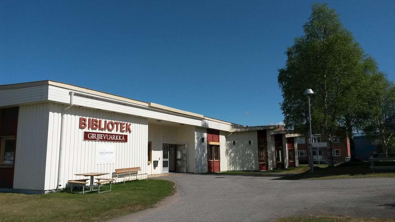 Foto på Sorsele biblioteks fasad en sommardag