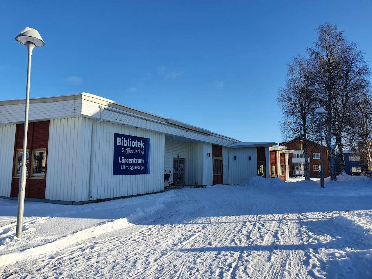 Sorsele biblioteks fasad en vinterdag